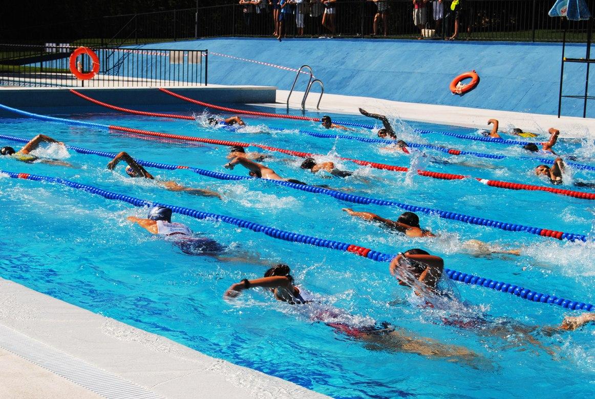 A ora directo el triatl n crece en a ora for Piscina de natacion