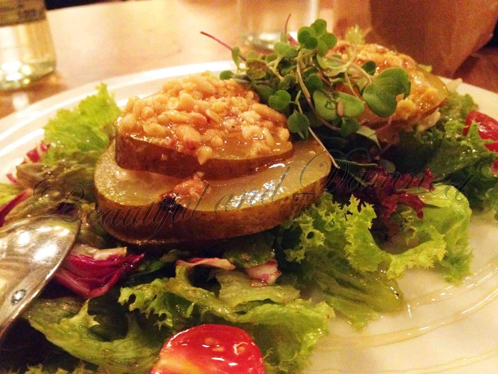 Ensalada de queso de cabra, pera dulce y piñones