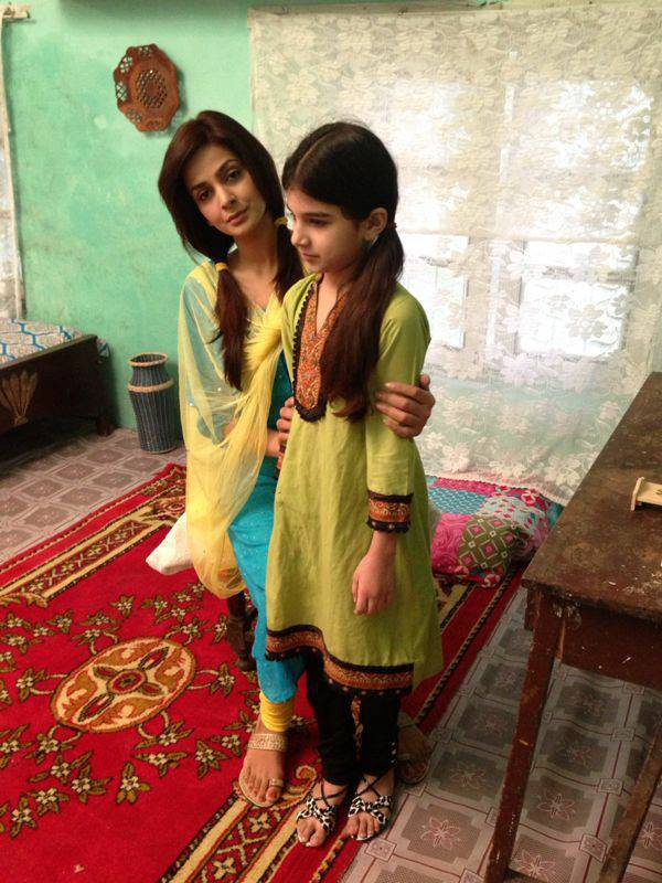 Saba qamar on the sets of drama chaon along with team