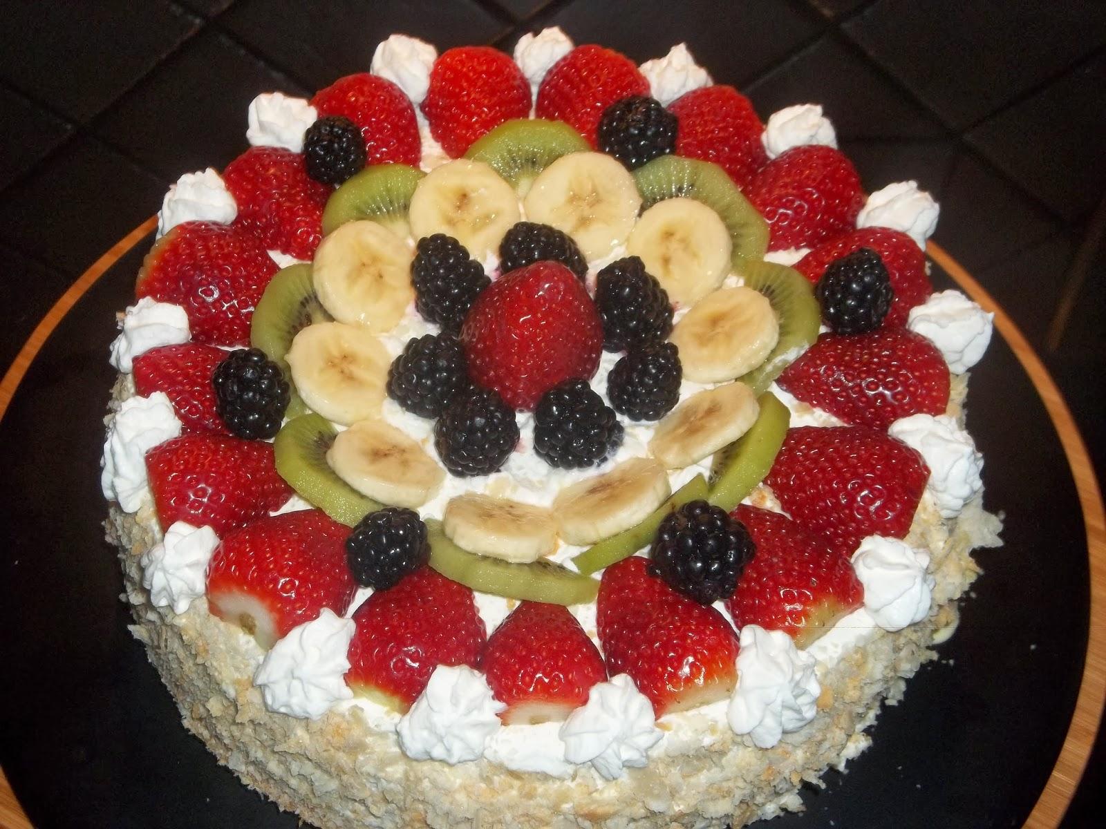 .. torta alla frutta fresca con crema chantilly ..