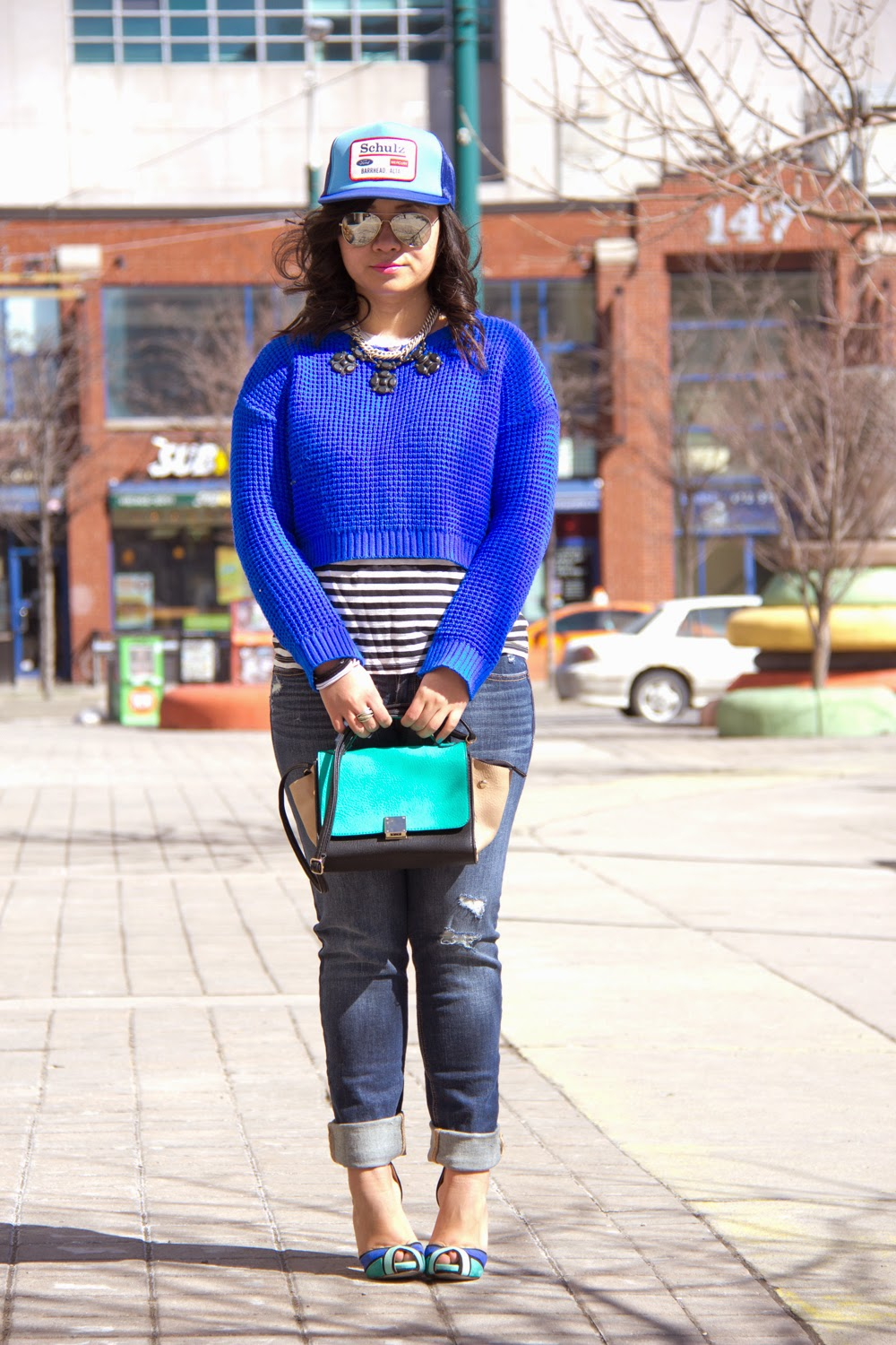 baseball-Cap, Street-Style, Neon-Blue-Crop-Top-Knit-Sweater, Boyfriend-Jeans, Stripe-Top