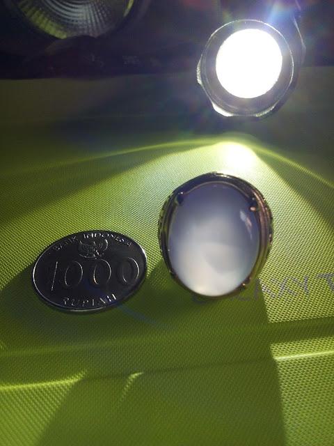 Perbandingan ukuran Batu Akik Lavender Pinkish serat kura dengan koin Rp. 1.000,-