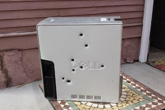 رجل يشن هجوم على جهازه ب8 رصاصات بعد معاناة مع الشاشة الزرقاء