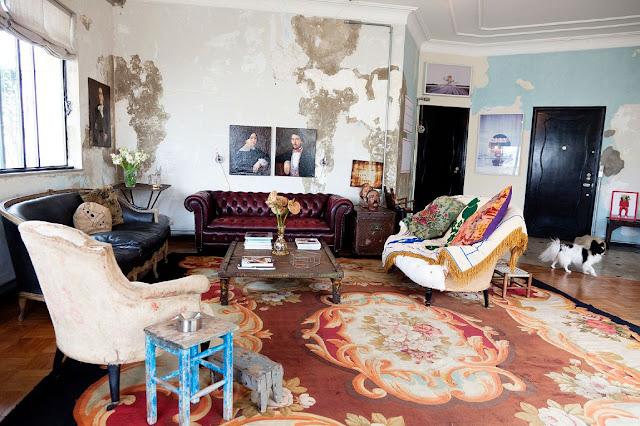 vista del salon con diferentes sofas