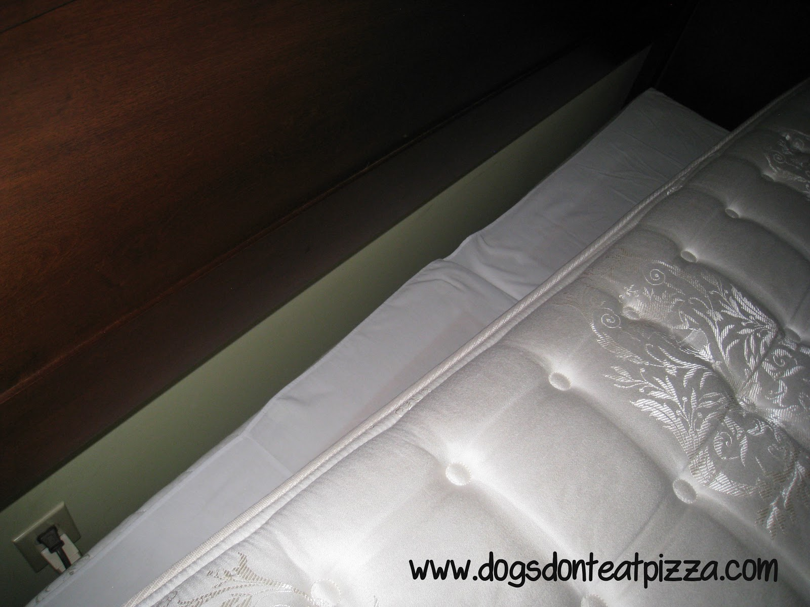 How to keep a bedskirt in place when moving a mattress - thediybungalow.com