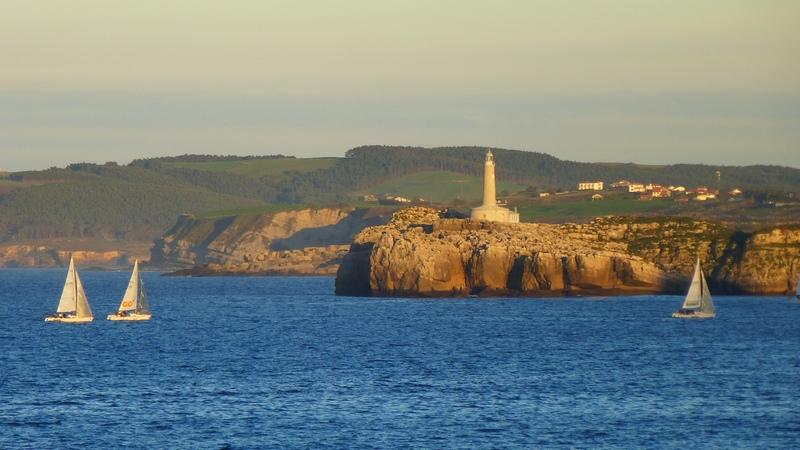 El Sol iluminaba todavía la entrada de la bahía de Santander mientras  regresaban las naves de una regata b83828be96a