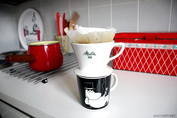 aliciasivert, alicia sivertsson, muminpappan, moomin father, kitchen, kök, pottery, red, black, white, muminmugg, moomin mug, coffee cup, kaffe, kaffekopp