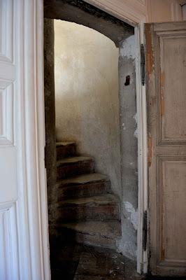 logement - Le logement de Fersen au château de Versailles - Page 4 Escalier+a%CC%80+vis+Passage+ouvrant+sur+le+salon+de+l%E2%80%99OEil-de-Boeuf+%C2%A9+Cha%CC%82teau+de+Versailles,+dist.+RMN:Christian+Millet