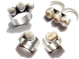 Ihmisen hampaasta tehty koru Human teeth jewelry
