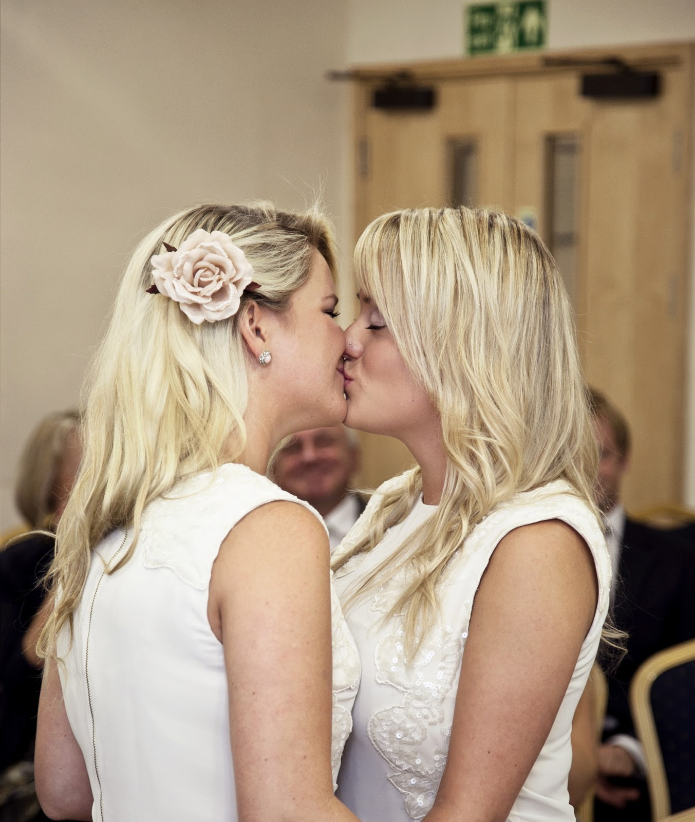 Kissing blonde girls