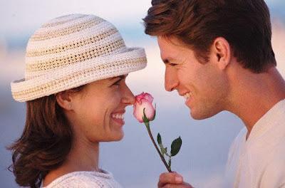 علامات تكشف حب الرجل لك - رجل يحب يغازل امرأة - man loves  flirting with women