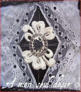 Manchon fausse fourrure noire victorien gothique romantique gothic lolita camée floral rose noire dentelle perles nacrées
