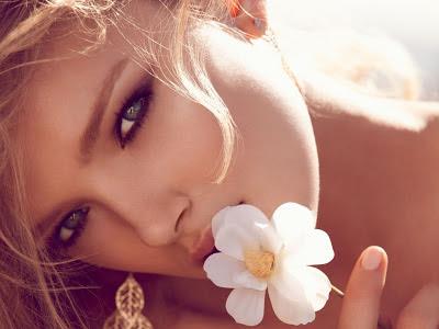 chica rubia con flor blanca