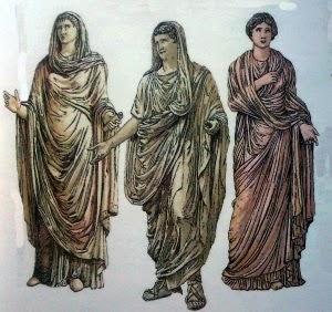 Calíope a la derecha [musa de la poesía] y Sibila a la izquierda [una de las diez profetisas] En el centro un varón. Las figuras femeninas usan la Palla y el hombre una toga.