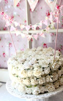 bolo decorado com bandeirinhas