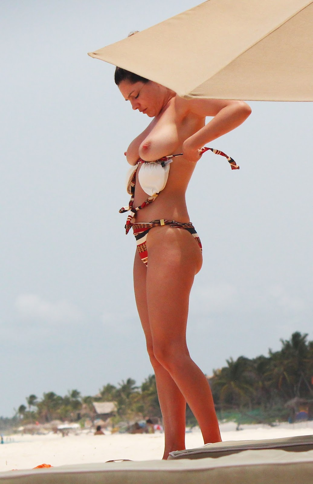 kelly brook topless bikini candids on the beach   daily photo likes