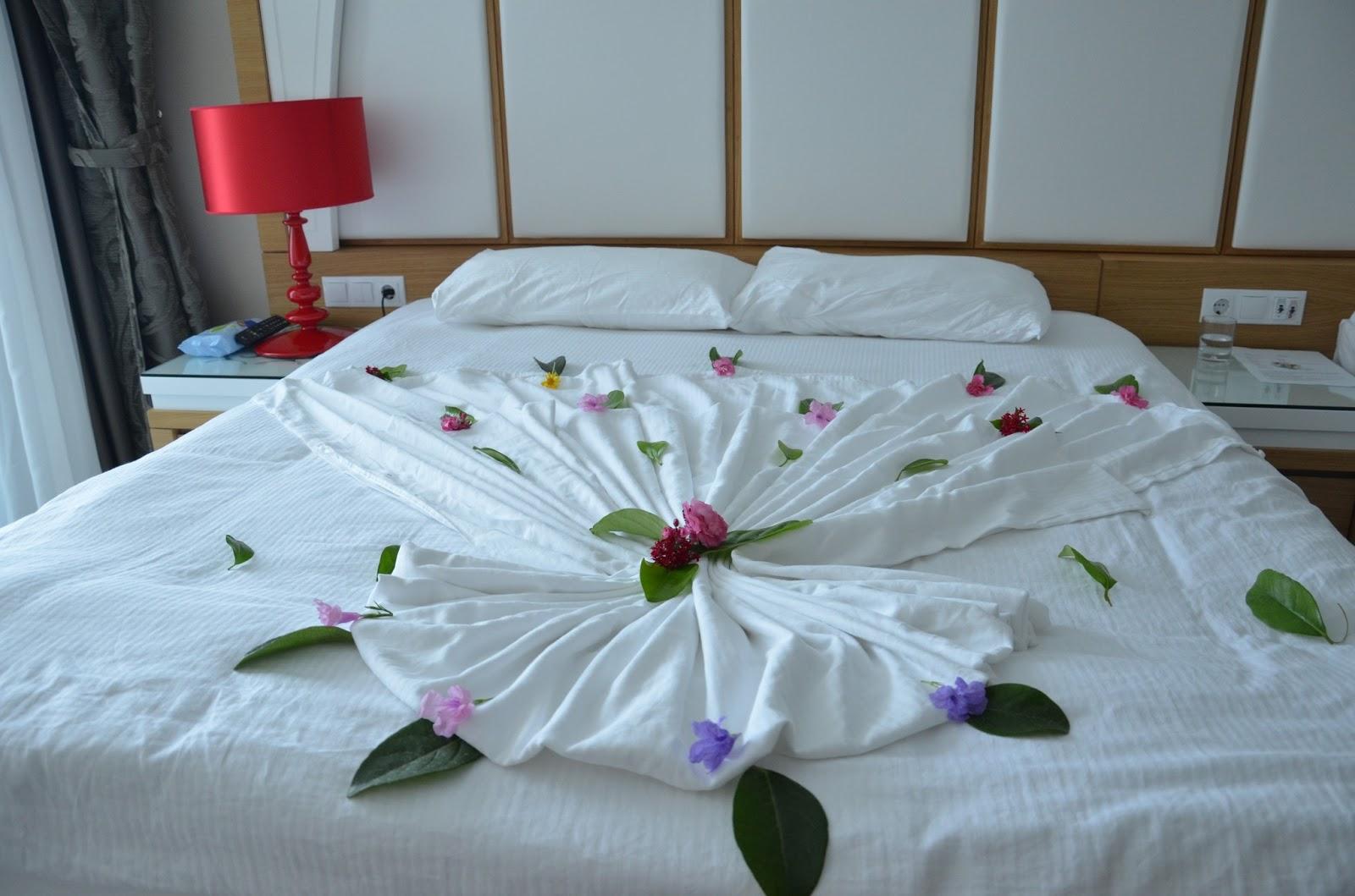 Секс в лепестках роз на кровати 4 фотография