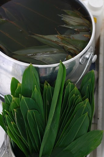 how to soak bamboo leaves for making bak chang?