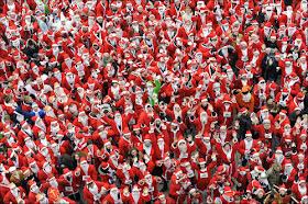 サンタクロースの仮装をして走るレース