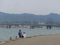 近江大橋と釣りをするファミリー