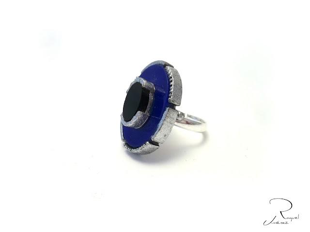 anillo azul y negro