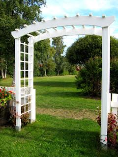 färdigt staket och portal.
