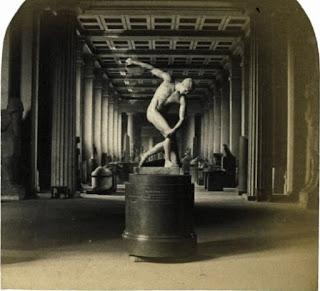 Discóbolo escultura de atleta lanzador de disco antigua Grecia.