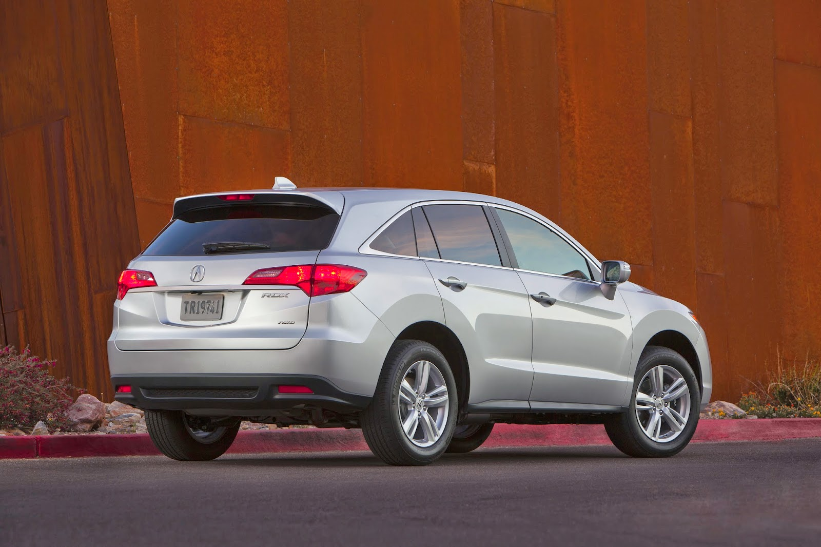 Rear 3/4 view of 2014 Acura RDX
