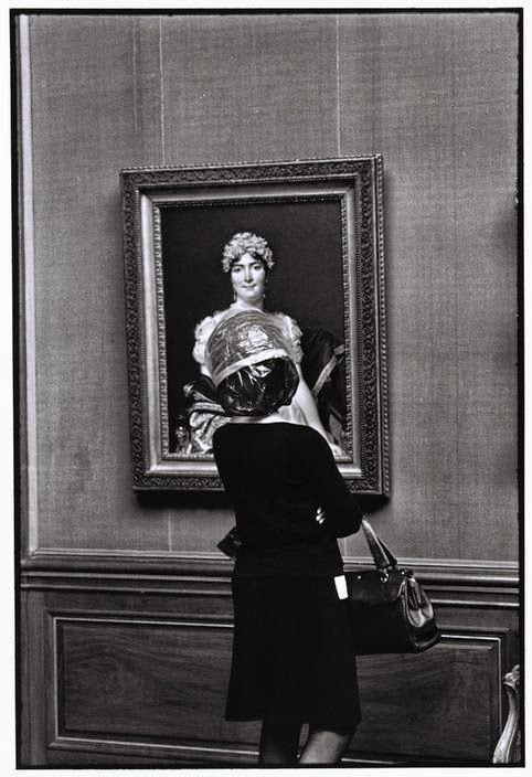 Elliott Erwitt, Looking at the Frick Collection, New York, 1969.
