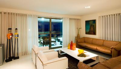 sala de estar com poltronas brancas