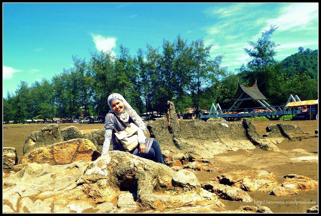 Objek Wisata Batu Malin Kundang di Pantai Air Manis Pantai Air Manis, Padang, Sumatra Barat.