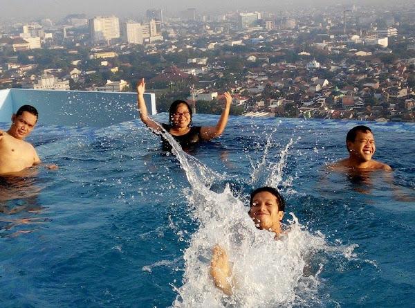 Berenang di kolam renang tertinggi