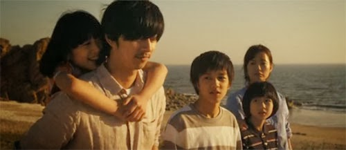 Kang In Ho and Seo Yoo Jin on the beach with Yoo Ri, Min Soo and Yoo Ri.