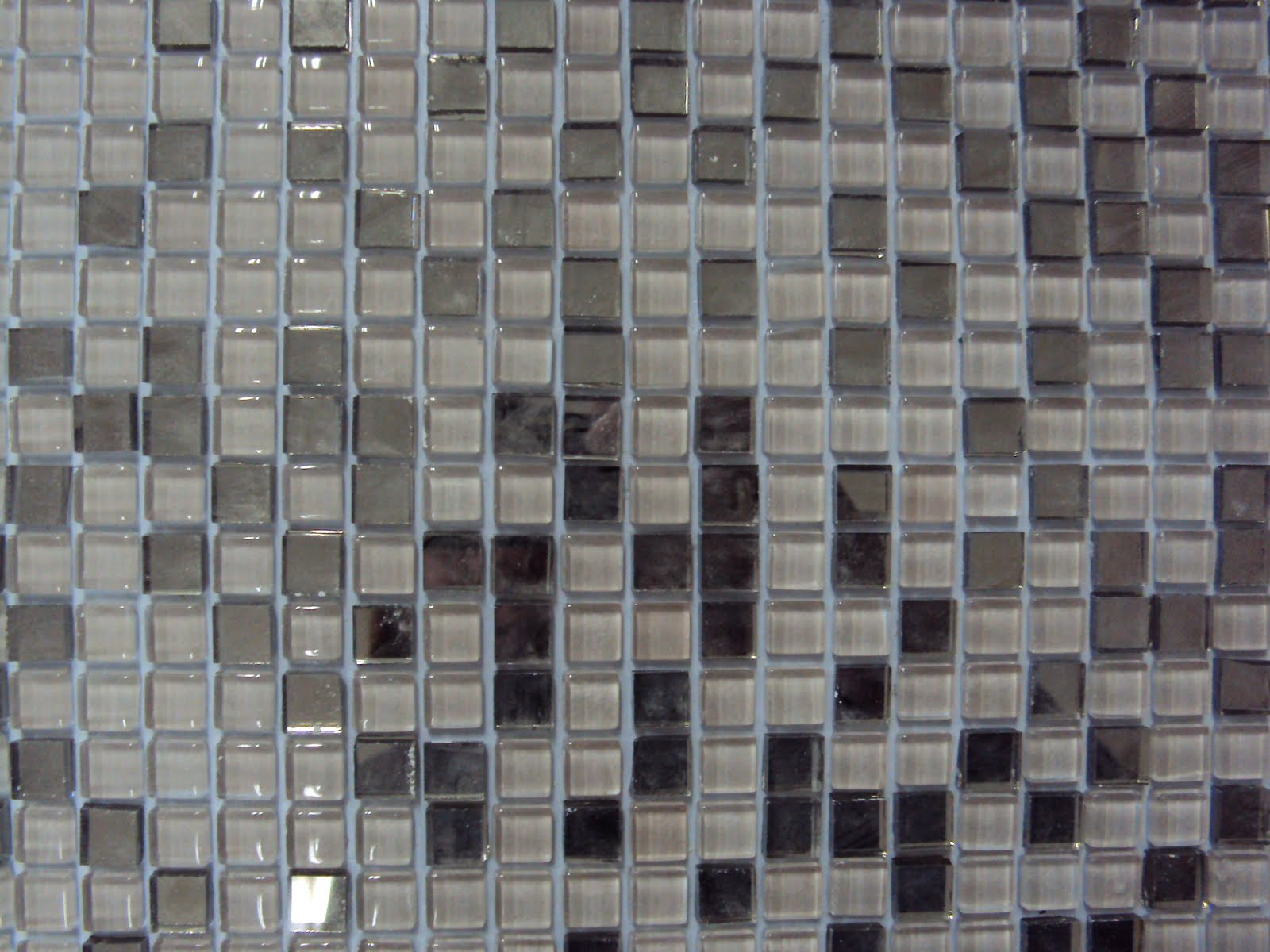 as pastilhas 1x1 cm este modelo é pastilha cinza com espelho fumê #50677B 1600x1200 Banheiro Com Pastilha Espelhada