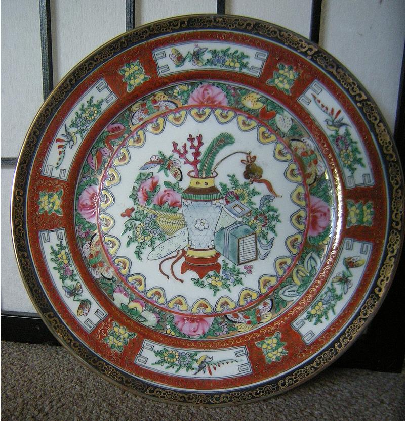 博古 - Bógǔ / Bo Gu / Bogut pattern Chinese porcelain plate, gold gilt.  乾隆年制 = Qiánlóng nián zhì mark  Famille Verte??  20th century , Hong Kong, 1960s- 1980s