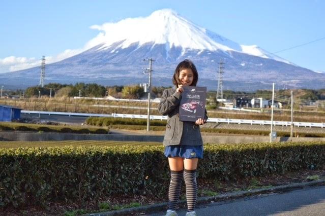 Alessandra Yumi Yamada como o livro do MP Lafer diante do famoso Monte Fuji, no Japão.