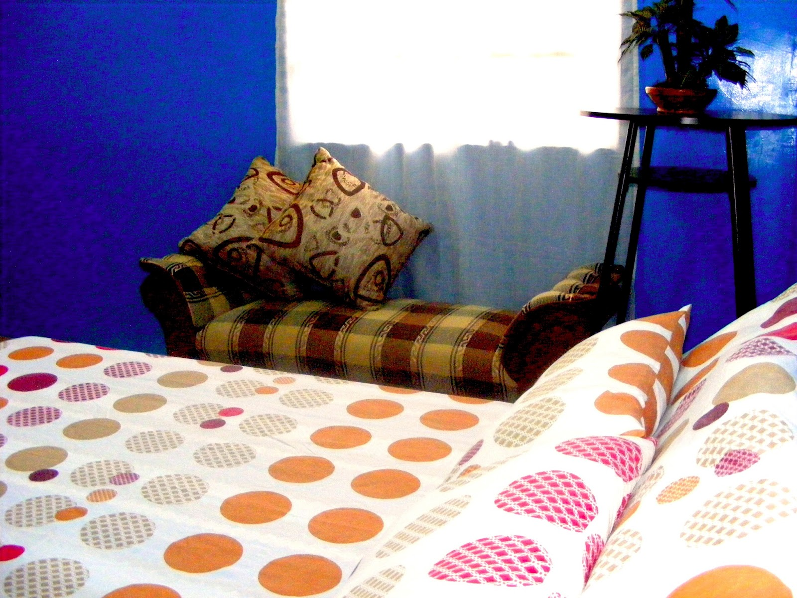Guest room with queen size bed casa amarilla in tagaytay for Guest room bed size