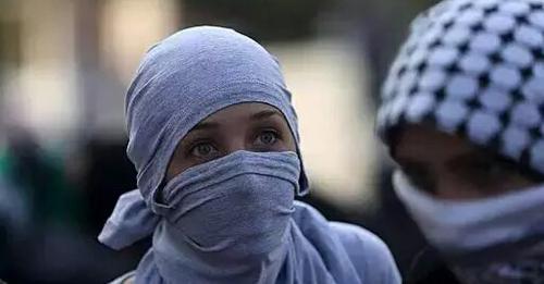 bergambar aksi berani mahasisiwi palestin menghadapi