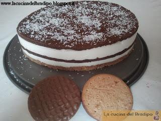 Cheesecake al cocco con sfoglie di pan di spagna al cacao e rum
