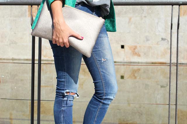 Clutch plateado. Blazer verde de Zara combinada con jeans rotos.