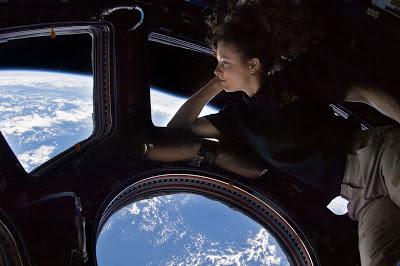 Astronauta Tracy Caldwell Dyson en el módulo Cupolo de la ISS