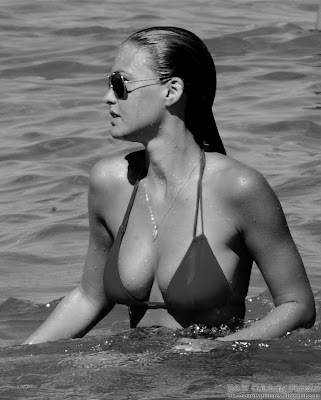 B&W pictures of Bar Refaeli, sexy candid bikini at the beach in St Tropez - pic 1