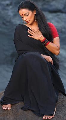Swetha Menon Hot Black Saree in Thaaram Movie Stills
