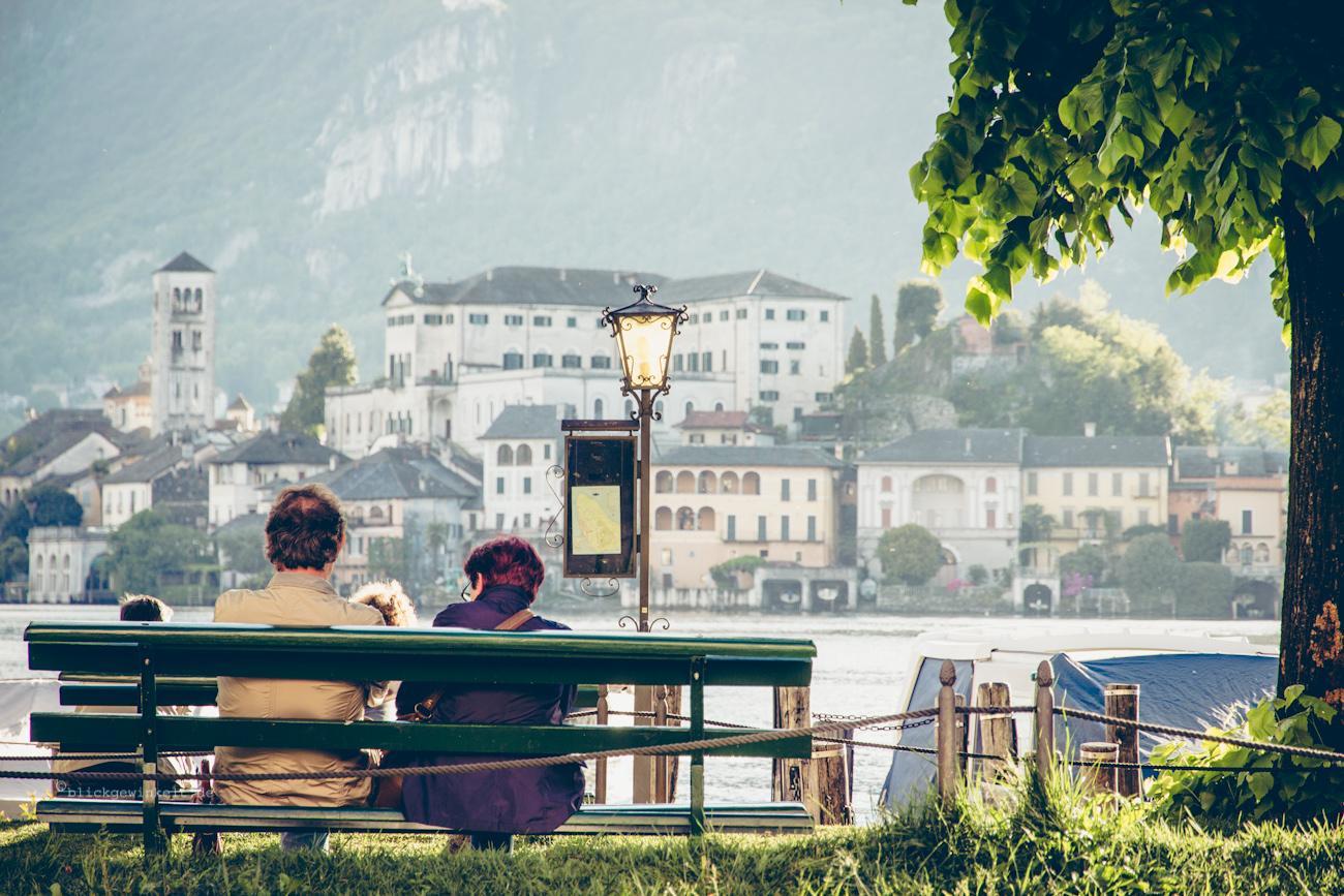 Insel San Giulio und Pärchen auf einre Parkbank