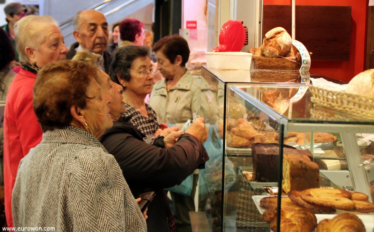 Mujeres comprando pan en Vigo