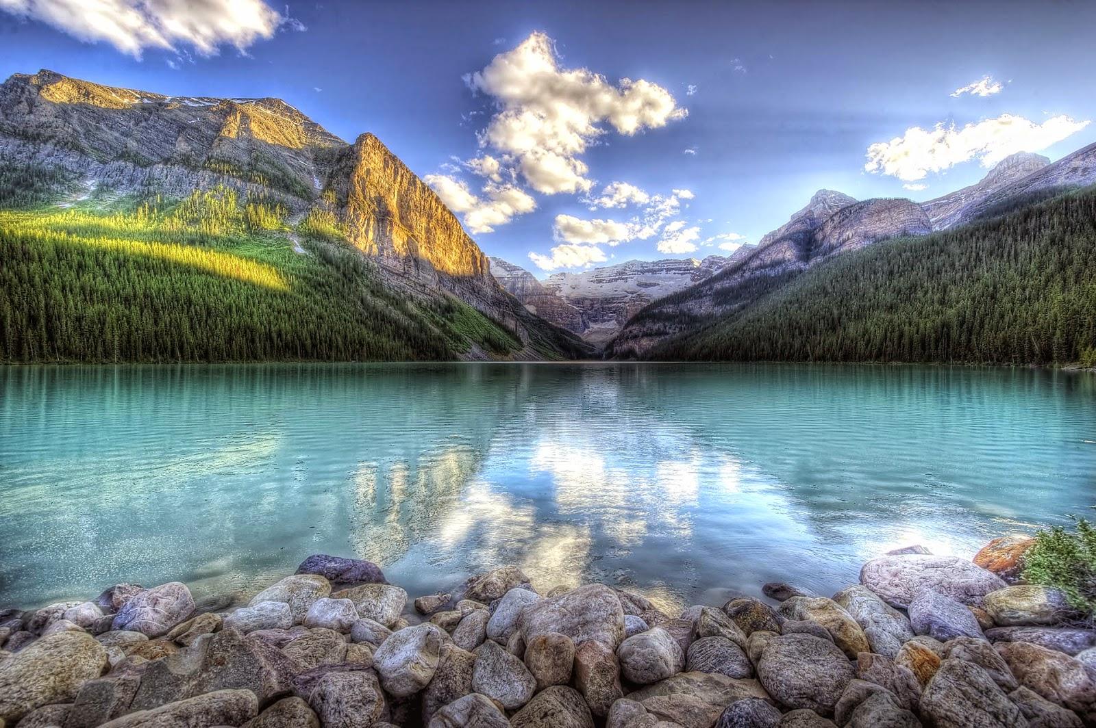 Wallpaper met licht blauw water in een bergmeer