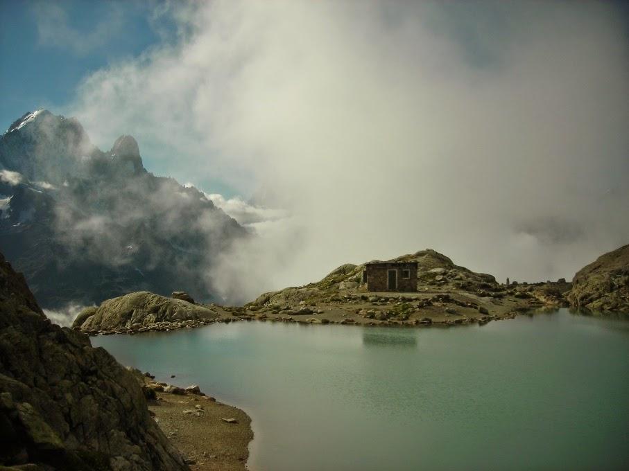 Vistas-del-Lago-Blanco-en-el-Tour-del-Mont-Blanc