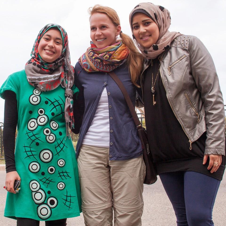 Adrival fotózkodnak az egyiptomi lányok
