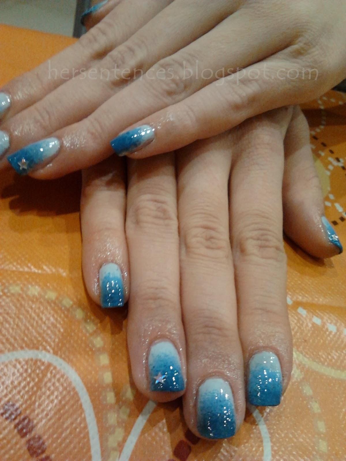 niebieskie ombre na paznokciach