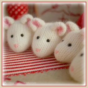 ♡ Winter Mice Knitting Pattern.....